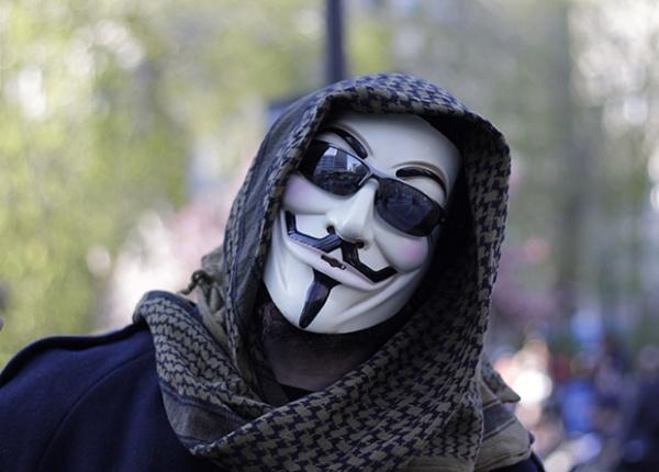 Активист в маске