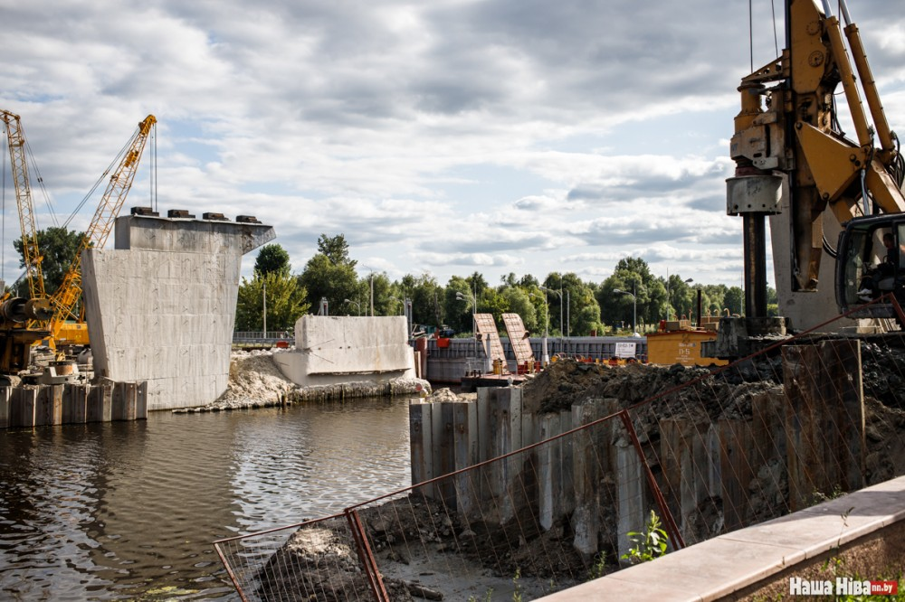 Адзіны мост цераз Піну разбурылі і будуць мяняць: настрашыла аварыя тураўскага мосту, дзе некалькі год таму абваліўся пралёт. А для аўто паставілі грымучы пантонны пераезд