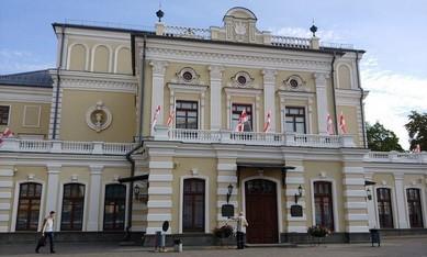 Купаловский театр в бело-красно-белых флагах 2020