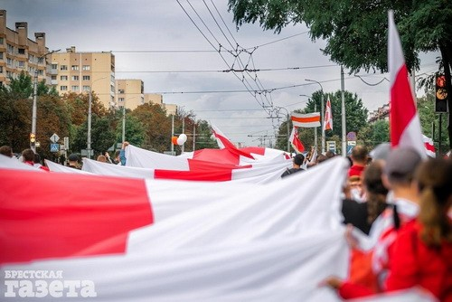Что значит бело-красно-белый флаг в Беларуси